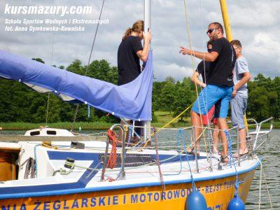 kurs żeglarski rejs szkoleniowy na patent żeglarski rekreacyjny mazury jeziora obóz wędrowny dorośli młodzież P1090195-1a