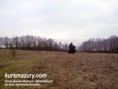 Rozległy widok z łąki na jezioro Śniardwy i okoliczne tereny.