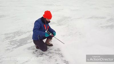 Pomiar grubości lodu na jeziorze