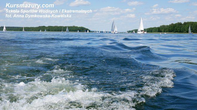 na wodzie jachty jacht jezioro Kisajno rejs rekreacyjny obóz żeglarski sporty wodne wakacje lato tango 780 sport Martinola czarter szybki jacht mazury Giżycko rejs szkoleniowy kursmazury jeziora szkolenie kurs żeglarz jachtowy patent
