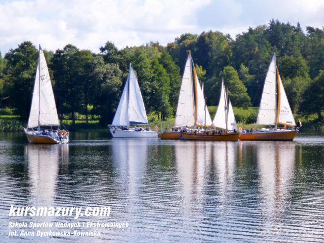 kurs żeglarski rejs szkoleniowy na patent żeglarski rekreacyjny mazury jeziora obóz wędrowny dorośli młodzież P1050237-1a
