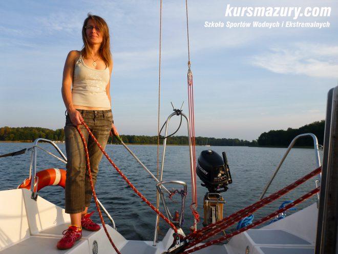 kurs żeglarski rejs szkoleniowy na patent żeglarski rekreacyjny mazury jeziora obóz wędrowny dorośli młodzież P1090797-1a