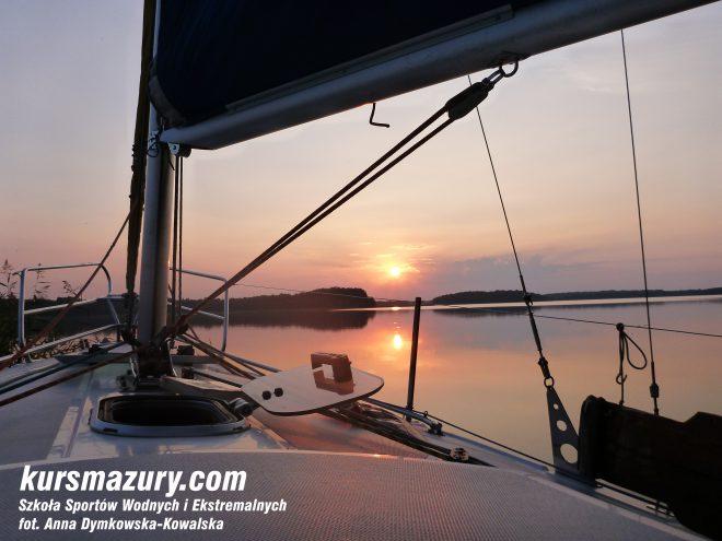 kurs żeglarski rejs szkoleniowy na patent żeglarski rekreacyjny mazury jeziora obóz wędrowny dorośli młodzież P1090883-1b
