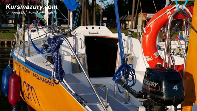 czarter jachtu jacht typu Tango 780 sport mazury giżycko rejs żeglarstwo czartery jachtów wynajem wnętrze na mazurach kursmazury szkolenia obozy Kisajno Niegocin jeziora wakacje nocleg