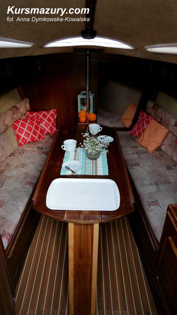 czarter jachtu twister 800 mazury giżycko rejs żeglarstwo czartery jachtów wynajem wnętrze na mazurach kursmazury szkolenia obozy Kisajno Niegocin jeziora wakacje nocleg