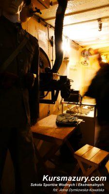 Pisz mazury wielkie jeziora mazurskie kursmazury rejsyszkoleniowe rekreacyjne obozy żeglarskie młodzieżowe dla dorosłych militarne schron bierny regelbau 502 trasa historyczna zwiedzanie co zobaczyć turystyka bunkry bunkier historia region piska pozycja ryglowa pociski wojsko przewodnik wnętrze muzeum ekspozycja broń amunicja atrakcje ciekawostki wstęp wolny